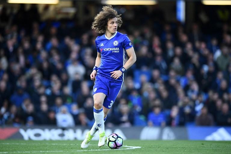 David Luiz menggiring bola saat bermain melawan Southampton pada 25 April. Foto oleh Justin Tallis/AFP