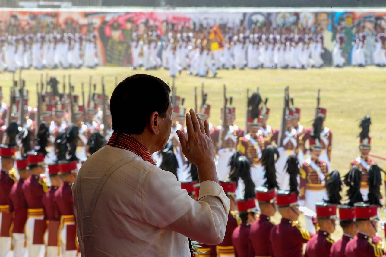 MASIDLAK. President Rodrigo Duterte salutes the graduates of the PNPA Masidlak Class of 2017. Malacau00f1ang photo