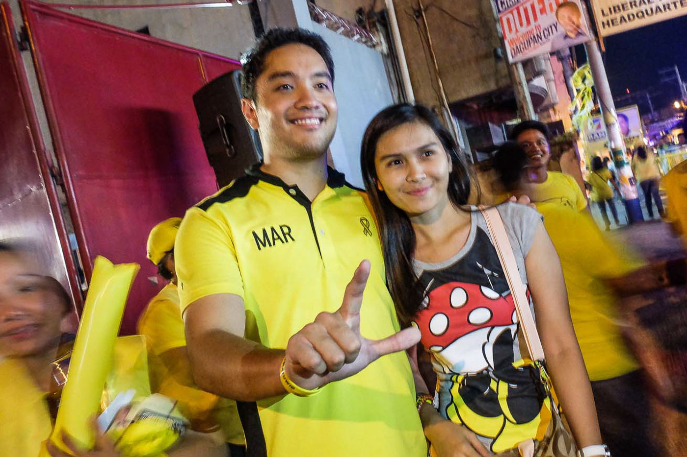 YALE STUDENT. Pao with a supporter in Dagupan City, Pangasinan on April 24. Photo by Alecs Ongcal/Rappler