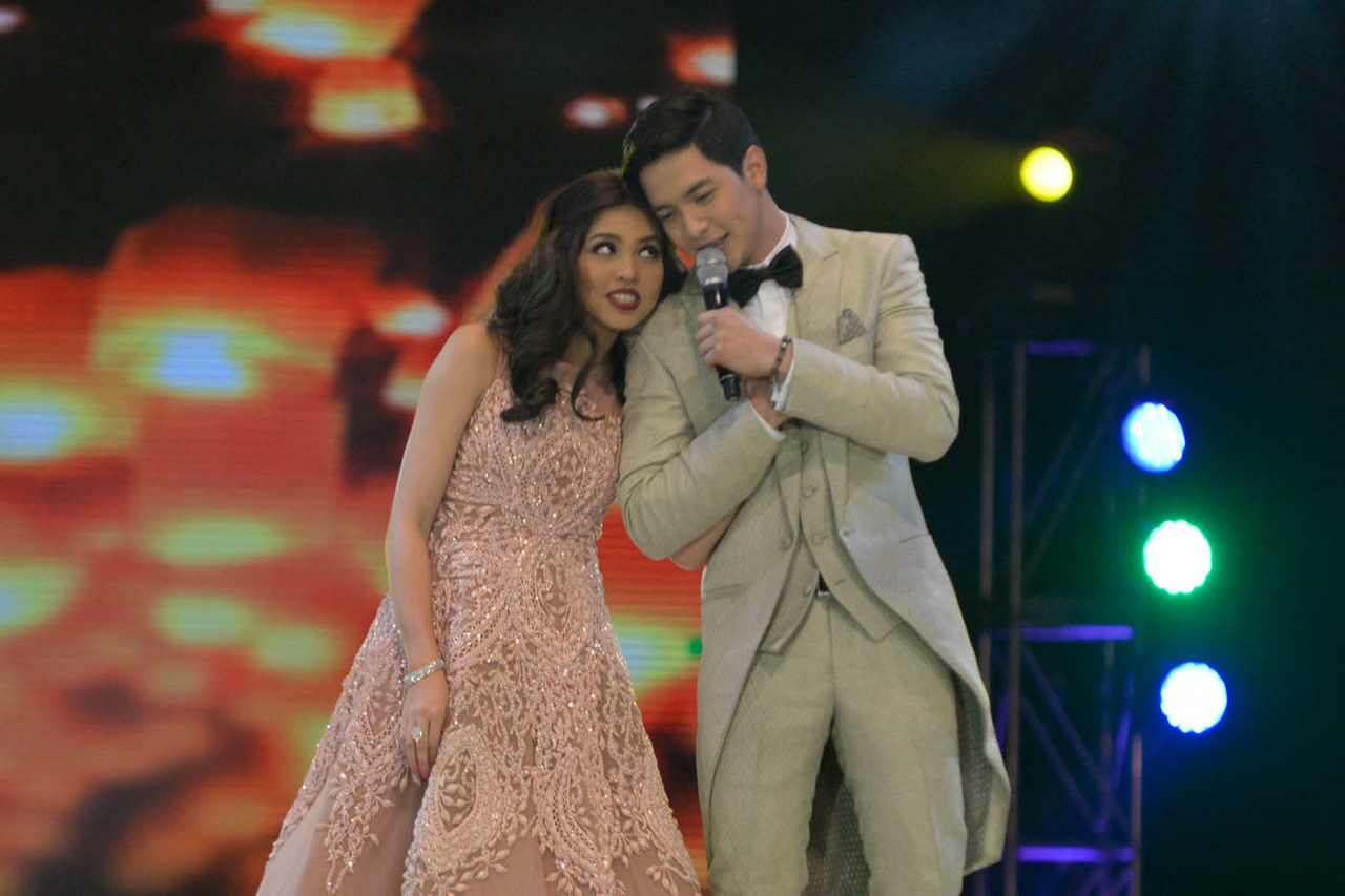 DUET. Yaya Dub joins in on Alden's performance of the song 'God Gave Me You' by Bryan White, their theme song. Photo by Alecs Ongcal/Rappler.com