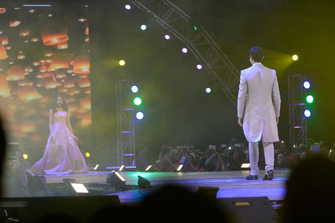 SLOW AND STEADY. Yaya Dub waited on stage as Alden slowly made his way to her. Photo by Alecs Ongcal/Rappler.com
