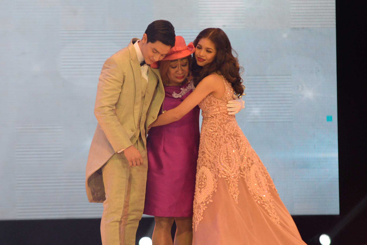 GROUP HUG. Alden, Lola Nidora, and Yaya Dub all share a hug before the couple could hold each other. Photo by Alecs Ongcal/Rappler.com