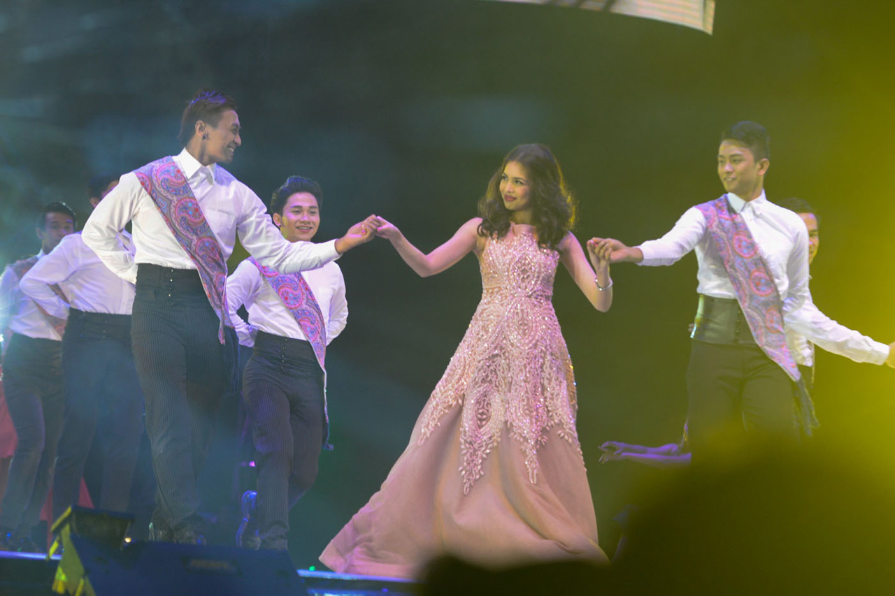 'DREAMING OF YOU.' Yaya Dub performs to 'Dreaming of You' by Selina with her backup dancers at the Philippine Arena on October 24, 2015. Photo by Alecs Ongcal/Rappler.com