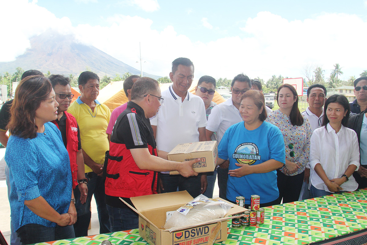 Arnel Garcia, DSWD regional director in Bicol hands over to Mayor Gemma Ongjoco of Guinobatan, Albay food ration intended for Mayon evacuees held at Guinobatan Sports Complex with Rep. Joey Salceda. Photo by Rhaydz Barcia/Rappler