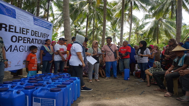 Distribution of water kits to families displaced by the armed conflict in Shariff Saydona Mustapha in Maguindanao province. The activity is part of the emergency response being implemented by the project consortium of Oxfam, United Youth of the Philippines-Women, Community Organizers Multiversity, IDEALS Inc., CARE Philippines, ACCORD Incorporated, and Kalimudan sa Ranao Foundation with support from the EU Civil Protection and Humanitarian Aid. Photo by April Abello-Bulanadi/Oxfam
