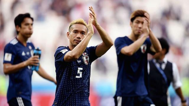 LOLOS. Memastikan lolos ke babak 16 Besar, Yuto Nagatomo bersama rekannya di timnas Jepang berterima kasih pada pendukung mereka di stadion Volgograd Arena. Foto dari FIFA.com