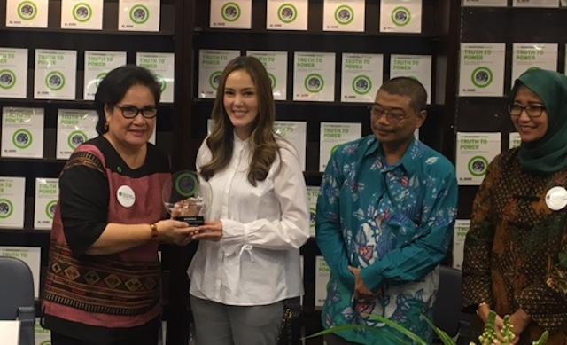 PEMBICARA. Cathy Sharon menerima penghargaan sebagai salah satu pembicara dalam booktalk 'An Inconvenient Sequel: Truth to Power' yang diselenggarakan di toko buku Periplus, Plaza Indonesia, Kamis, 24 Agustus. Foto oleh Tiara A. Tobing/Rappler