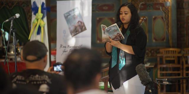 PUISI. Fitri Nganthi Wani membacakan puisinya dalam peluncuran kumpulan puisinya 'Kau Berhasil Jadi Peluru' di Yogyakara, Jumat 8 Juni 2018. Foto dari panitia peluncuran buku