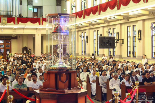OVERNIGHT VENERATION. The incorrupt heart relic of Saint Padre Pio is on display for overnight veneration at the University of Santo Tomas on October 8, 2018. Photo by Eric Paul Guanlao/Archdiocese of Manila Office of Communications