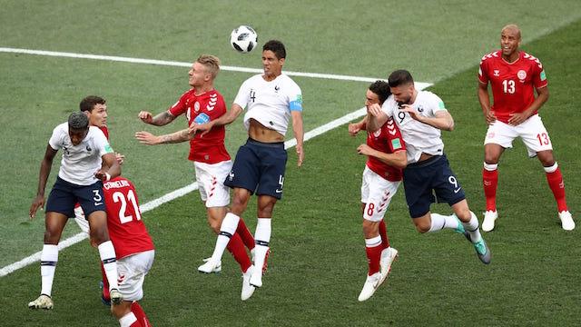 BEREBUT. Olivier Giroud (Prancis) memenangkan adu sundul bola dengan Simon Kjaer (Denmark) dalam pertandingan di grup C, Selasa, 26 Juni. Foto dari FIFA.com