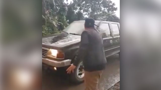 Roland de Vela helps motorists remove ashes on their windshield so they could go home safely to their families. Screenshot from the video