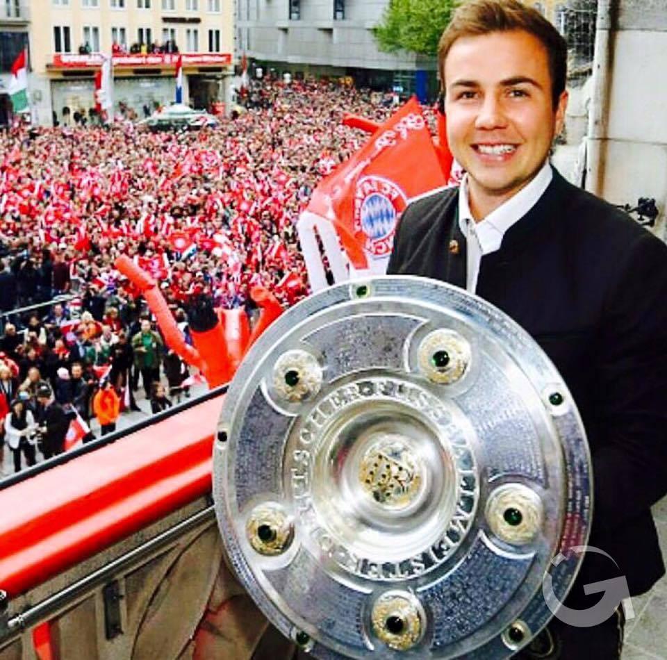 Mario Goetze merayakan kemenangan Bayern Munich di Bundesliga musim 2015/2016 di Town Hall Munich, Minggu, 15 Mei 2016. (Sumber: Instagram.com/gotzemario)