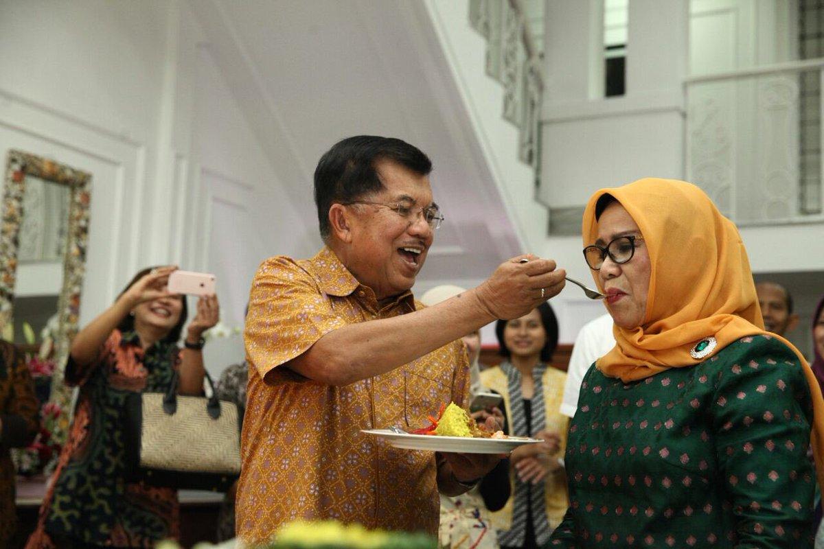 Wakil Presiden Jusuf Kalla merayakan ulang tahun istrinya, Mufidah, yang ke-74 pada 12 Februari 2017. Foto dari Twitter/@Pak_JK