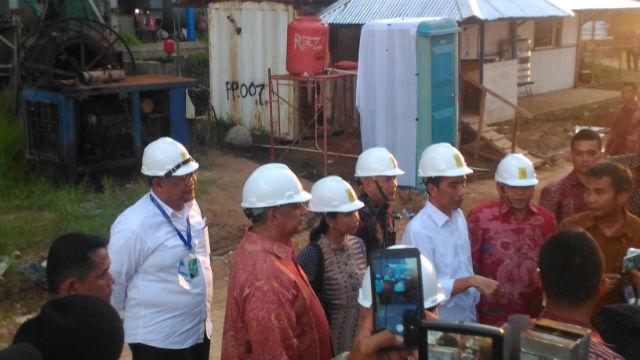 Presiden Jokowi melakukan peletakan batu pertama proyek Mobile Power Plant di Kabupaten Mempawah, Kalimantan Barat pada Kamis, 2 Juni. Foto: S. Ilham A