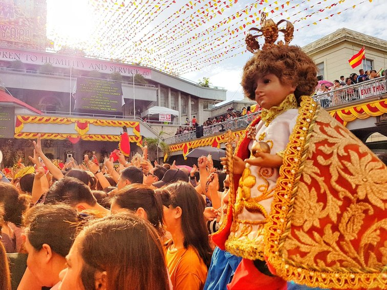 PIT SEu00d1u0091OR. Devotees carry their replicas of the Santo Niu00f1o de Cebu in one of the masses for the 9-day Novena in honor of the Child Jesus. Photo courtesy of Harold Ballener