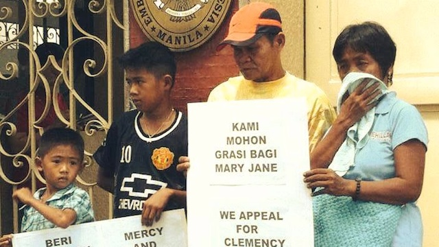 LETTER TO INDONESIAN PRESIDENT. Mary Jane Veloso's family - her parents and two children - hands the appeal letter to the Indonesian embassy in the Philippines on April 9. Photo from Save the Life of Mary Jane Veloso Facebook page