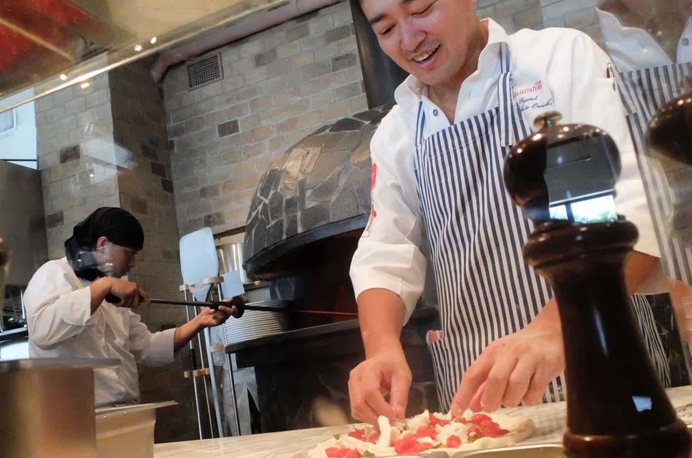 BEST PIZZA. Neapolitan Pizzaiolo 2006, Makoto Onishi prepares pizzas himself for guests.