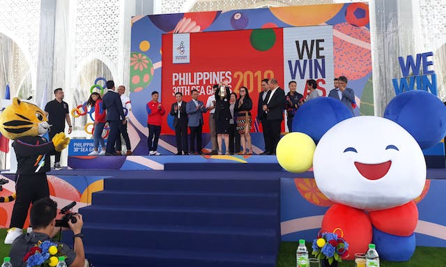 HANDOVER CEREMONY. 2019 SEA Games mascot Pami, the smiling sponge ball, makes an appearance in the official handover ceremony in Kuala Lumpur, Malaysia. Photo courtesy of Philippine Sports Commission