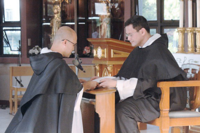 POPE'S APPOINTEE. Fr Gerard Francisco Timoner III, OP (right), receives the profession of faith made by a Dominican priest (left) on June 20, 2014. Months later, Timoner is named member of the International Theological Commission. File photo courtesy of opphil.org