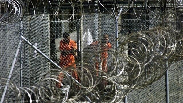 NAPI GUANTANAMO. Napi yang mengenakan seragam berwarna orange tengah melakukan wudhu sebelum menunaikan salat di penjara militer Angkatan Laut AS di Teluk Guantanamo, Kuba pada 27 Januari 2002. Foto oleh J. Scott Applewhite/Pool/EPA