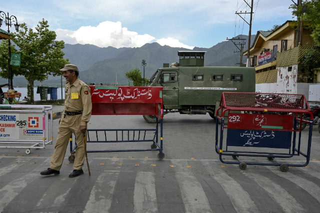 ALERT. An Indian policeman stands guard as a road is blocked in Srinagar on June 26, 2019. File photo by Tauseef Mustafa/AFP