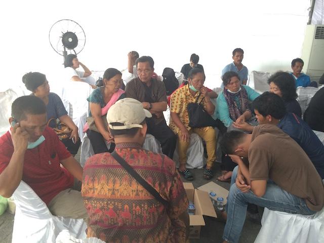 Keluarga Pendeta Sahat Sinaga menanti identifikasi jenazah 5 keluarga mereka yang menjadi korban kecelakaan pesawat Hercules, di Medan. Foto oleh Febriana Firdaus/Rappler