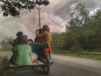 Warga melihat Gunung Sinabung menyemburkan material vulkanik saat erupsi, di Karo, Sumatera Utara, Rabu (2/8). FOTO oleh ANTARA