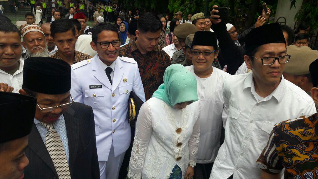 Calon Wakil Gubernur DKI Jakarta terpilih Sandiaga Uno tiba di Masjid Sunda Kelapa, Jakarta Pusat, Senin (16/10). FOTO oleh Brian Argawana/Rappler