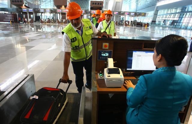 Petugas memeriksa tiket pesawat calon penumpang saat simulasi pengoperasian Terminal 3 Ultimate Bandara Soekarno Hatta, Tangerang, Banten, pada 12 Juni 2016. Foto oleh Muhammad Iqbal/Antara