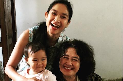 Happy Salma bersama putri dan ibunya. Foto dari akun instagram Happy Salma.