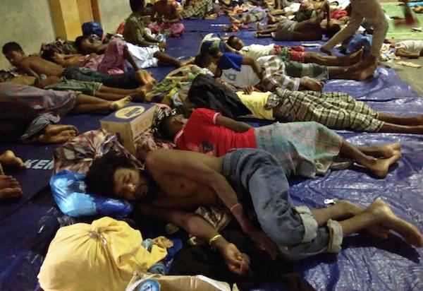 Para imigran asal Rohingya Myanmar dan Bangladesh sedang tertidur pulas di tempat penampungan sementara di Gedung Olahraga (GOR) Lhoksukon, Kabupaten Aceh Utara, Selasa, 12 Mei 2015. Foto Nurdin Hasan/Rappler
