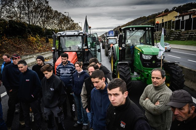 STRIKE. In this file photo taken on November 27, 2019, French farmers stand in front of their tractors as they block the traffic on the A47 motorway, in Givors, south of Lyon, central-eastern France, as part of a protest against government policies. Photo Jean-Philippe Ksiazek/AFP