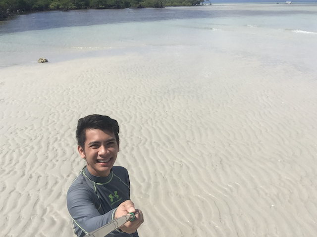 SELFIE AT SANDBAR. The sandbar appears at around 11:30 am. Photo by Bonz Magsambol/Rappler