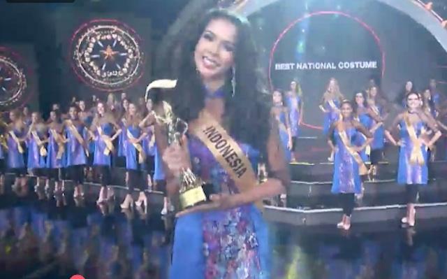 BEST NATIONAL COTUME. Dea Rizkita saat menerima piala kategori 'Best National Costume'. Foto dari akun facebook Miss Grand International