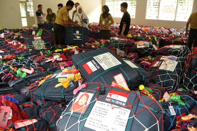 IBADAH HAJI. Petugas mengatur koper milik jamaah calon haji yang masuk di Asrama Haji Palu, Sulawesi Tengah, Senin, 15 Agustus. Foto oleh Mohamad Hamzah/ANTARA