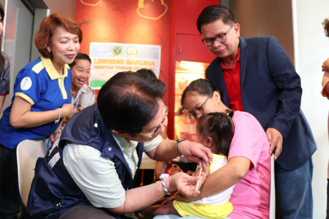ACCESS TO VACCINES. DOH Calabarzon Regional Director Eduardo Janairo administers anti-measles vaccines in an immunization center in fast-food chains in Biu00f1an City, Laguna onFebruary 12, 2019. Photo courtesy of DOH Calabarzon
