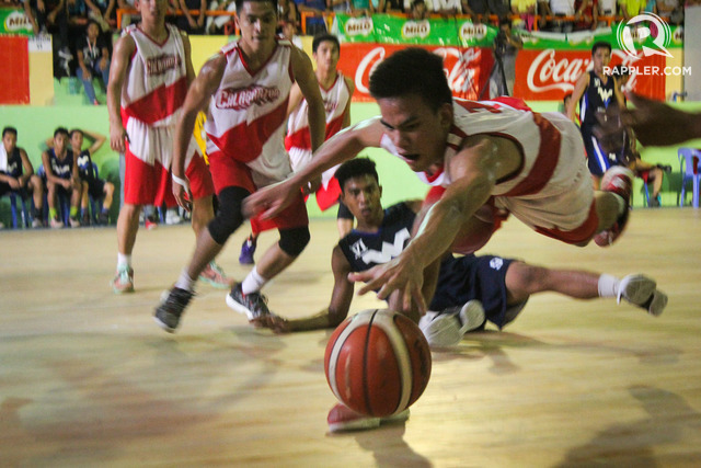 LOOSE BALL. A Calabarzon cager tries to grab a loose ball during the Basketball semifinals against Western Visayas. File photo by Joseph Victor Sumbong/Rappler