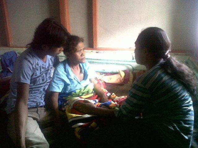 Asyani dikelilingi keluarganya di rumahnya yang sederhana di Situbondo. Foto oleh Oryza Wirawan/Rappler