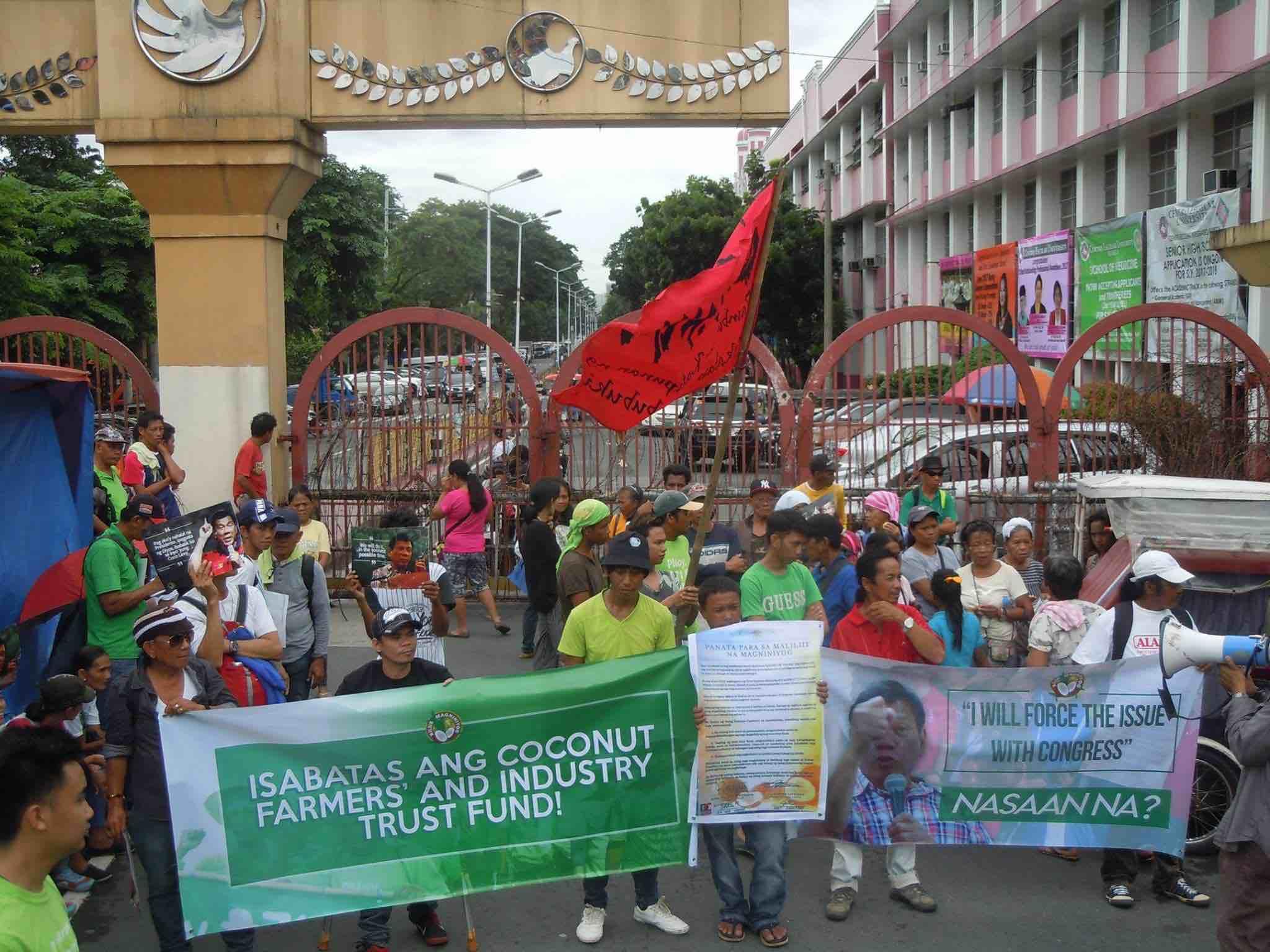 DEMAND. Farmers press Duterte to keep his campaign promise. Photo from Kilus Magniniyog