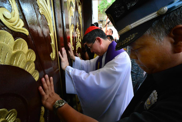 HOLY DOOR. Manila Archbishop Luis Antonio Cardinal Tagle opens the Holy Door of Mercy at the Manila City Jail on Holy Wednesday, March 23, 2016. Photo by Noli Yamsuan/Archdiocese of Manila