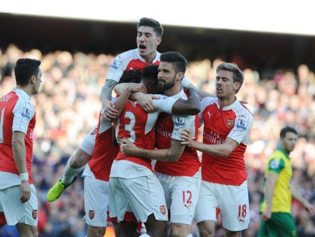 MENANG. Danny Welbeck merayakan gol bersama rekannya dalam pertandingan melawan Norwich City di Emirates Stadium, Sabtu, 29 April. Foto dari Twitter/@arsenal