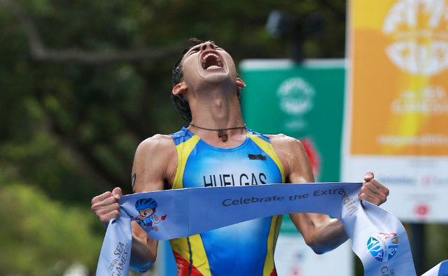 Nikko Huelgas exalts after finishing first in the men's triathlon event. Photo by Singapore SEA Games Organising Committee/Action Images via Reuters
