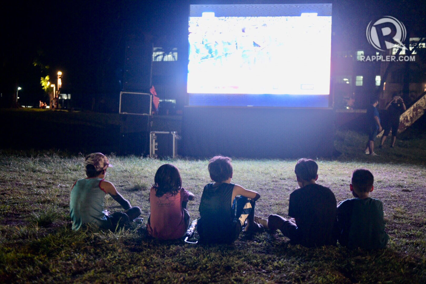 GLUED. The thrilling showdown also gets some kids hooked. Photo by Leanne Jazul/Rappler