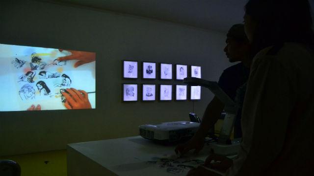 Interaksi pengunjung dengan karya kolaborasi milik Bambang Toko dan Uji Handoko. Foto oleh Dyah Ayu Pitaloka/Rappler.