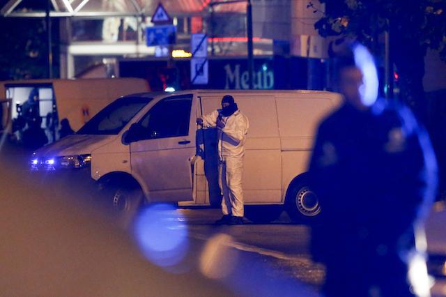 Aparat keamanan Belgia menginvestigasi jalanan di Molenbeek, Brussels, pada 14 November 2015, usai menangkap sejumlah terduga tersangka pelaku teror di Paris, Perancis. Foto oleh Olivier Hoslet/EPA