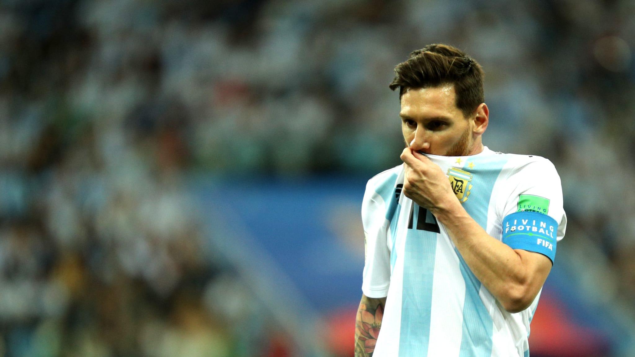 TERPUKUL. Lionel Messi terlihat terpukul dengan hasil pertandingan melawan Kroasia. Foto dari FIFA.com