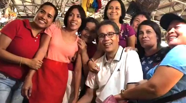 'MR PALENGKE'. Otso Diretso senatorial candidate Mar Roxas with vendors and customers during his market visit to Bacolod City on March 13, 2019. Photo from the Facebook page of Mar Roxas