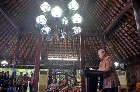 Mantan Presiden Susilo Bambang Yudhoyono memberikan penjelasan terkait hilangnya berkas pembunuhan aktivis Munir di Puri Cikeas, Kabupaten Bogor, Jawa Barat, Selasa (25/10). Foto oleh Yulius Satria Wijaya/ANTARA