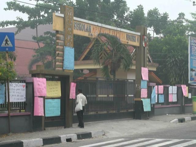 PROTES. Para siswa menuliskan protes mereka di karton yang diletakan di depan sekolah, karena aktivitas belajar mengajar sudah dua bulan terhenti karena kabut asap. Foto oleh Denni Risman/Rappler