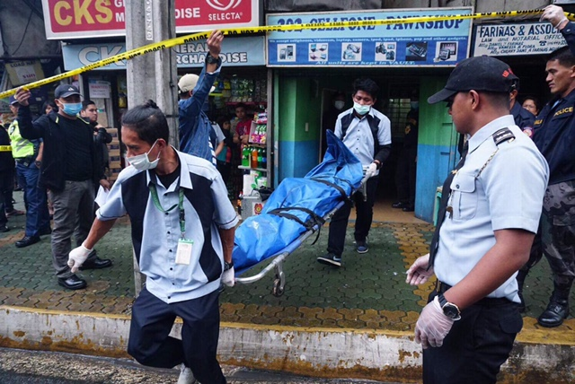 SLAIN. The body of 22-year-old Lindsay Valdez is brought outside the Baguio City pawnshop she worked in. Contributed photo